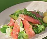 Карпаччо из тунца с зеленым салатом.