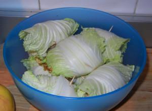 Мясные шарики в китайской капусте.