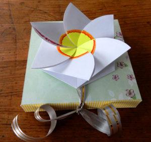 Коробочка с цветком для квадратного шоколада в подарок своими руками