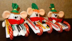 Самодельный сладкий подарок к новому году «Мышка на санках»