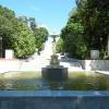 Вид на центральный вход от фонтана