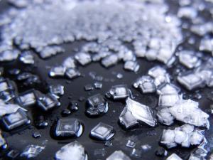 Кристаллы соли на тарелке.
