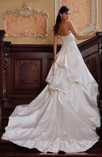 Свадебные платья со шлейфами очень эффектны, но очень громоздки и не приспособлены для наших российских дорог. Поэтому, чтобы не напрягать гостей вручив им