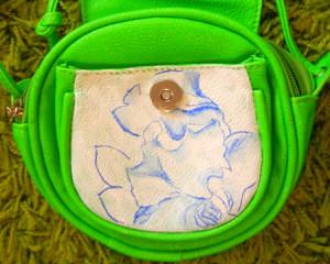 Обновляем сумочку при помощи акриловых красок.