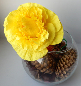Цветок из креповой бумаги с конфеткой
