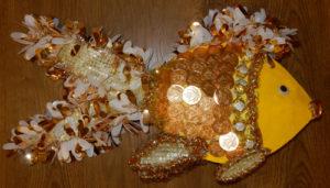 Золотая рыбка из конфет без подставки пошагово