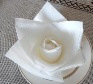 Кувшинка из салфеток, для оформления праздничного стола